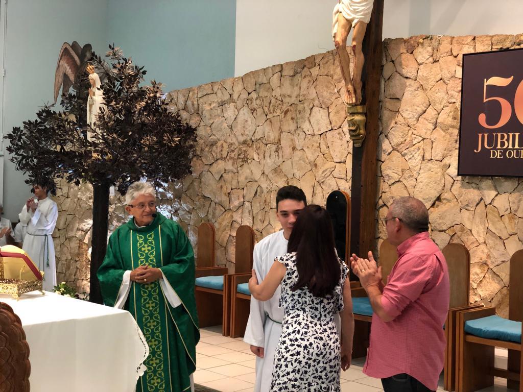 Novo acólito é recebido com alegria durante missa na Igreja de Fátima