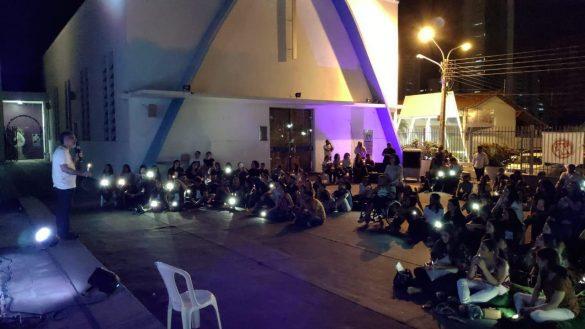 Jovens da Paróquia de Fátima realizam Luau como parte do projeto Caminhando com Jesus